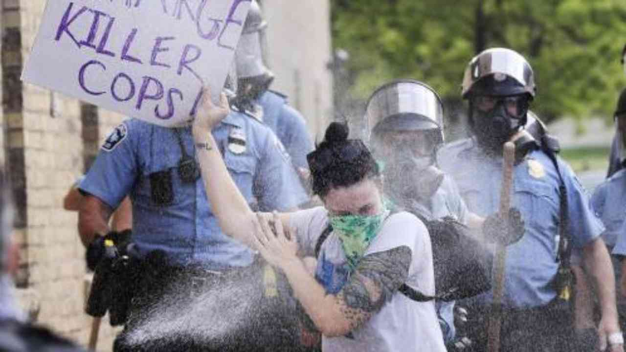 Proteste George Floyd: agente aggredisce una ventenne