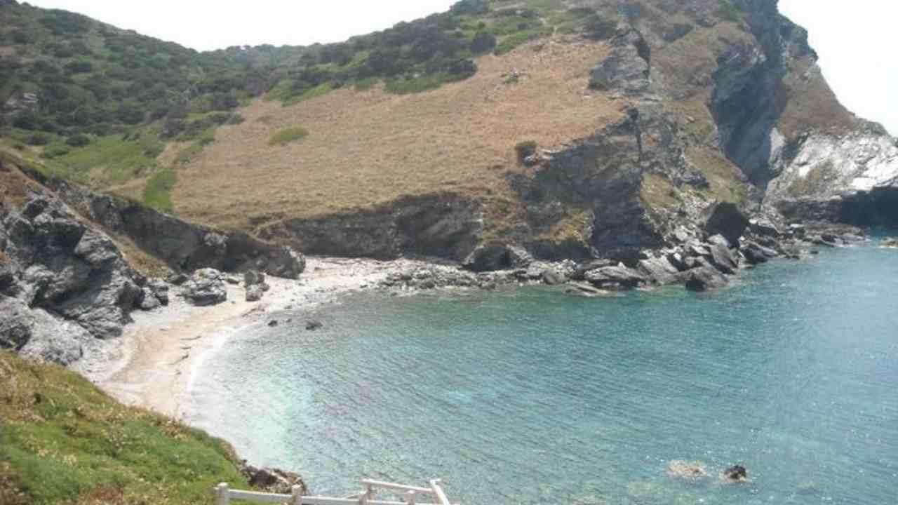 Precipita da una scogliera: morto escursionista in Sardegna