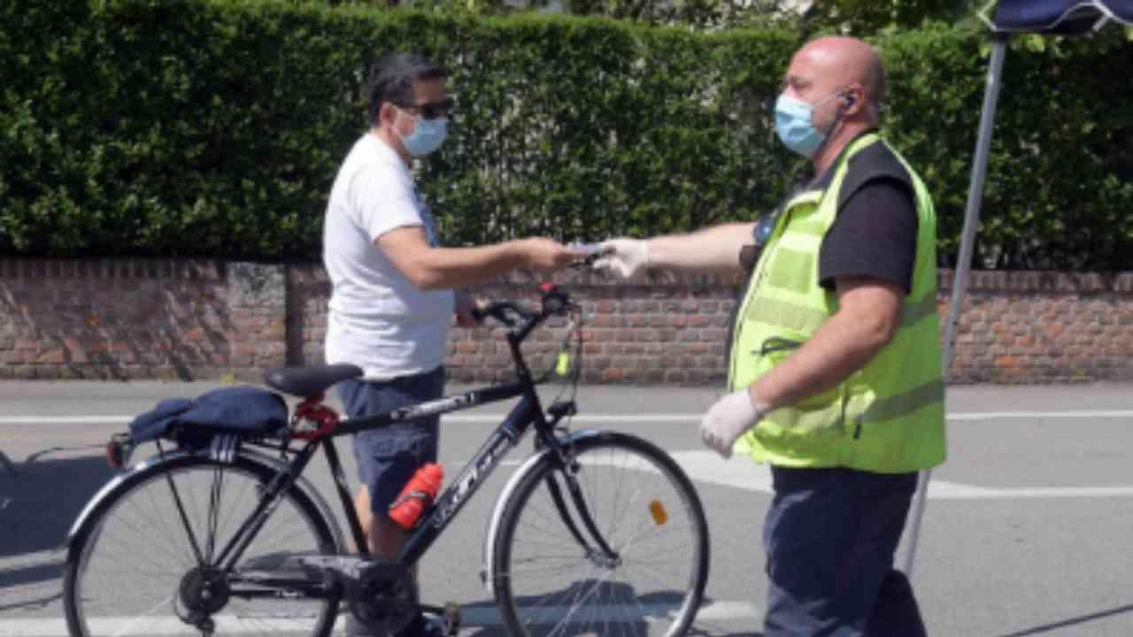 La mascherina sul polso, sottogola o in tasca è un rischio. Il virologo Pregliasco spiega il perché
