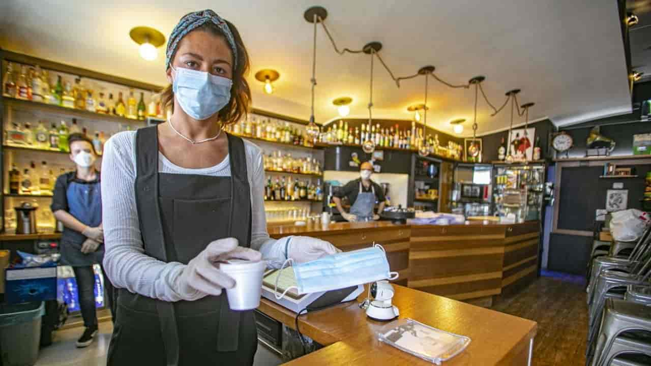 donna mascherina bar