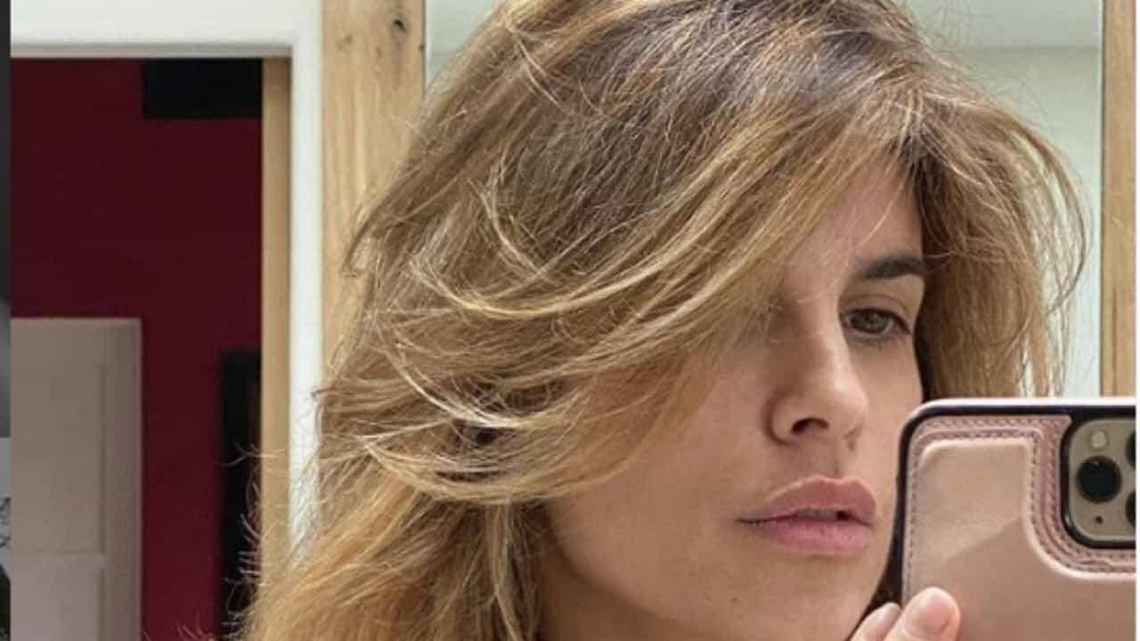 Elisabetta Canalis esplosiva a bordo piscina: curve pericolo