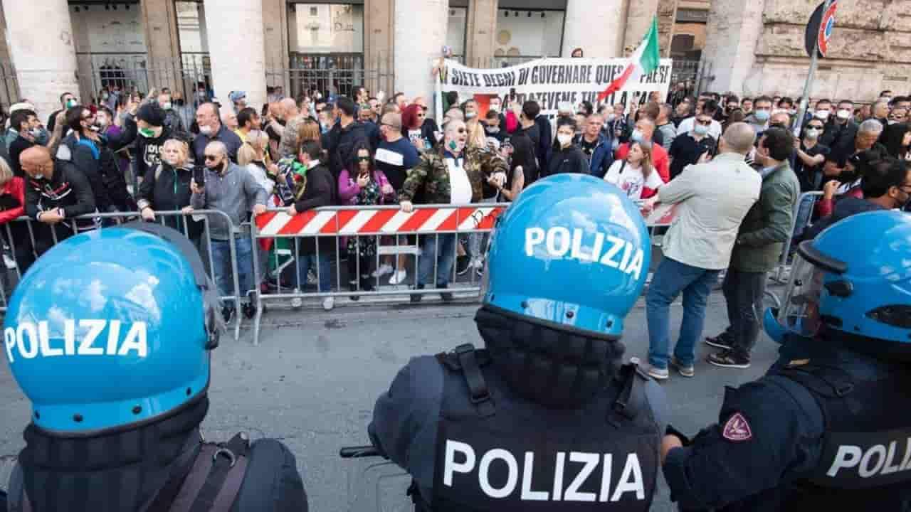 """Manifestazione a Roma, """"il virus è un trucco"""": in 200 contro"""