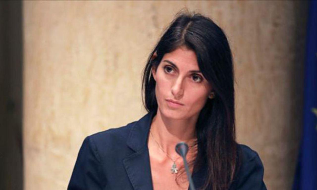 Virginia Raggi si ricandida guarda a sinistra e attacca Giorgia Meloni e la Lega