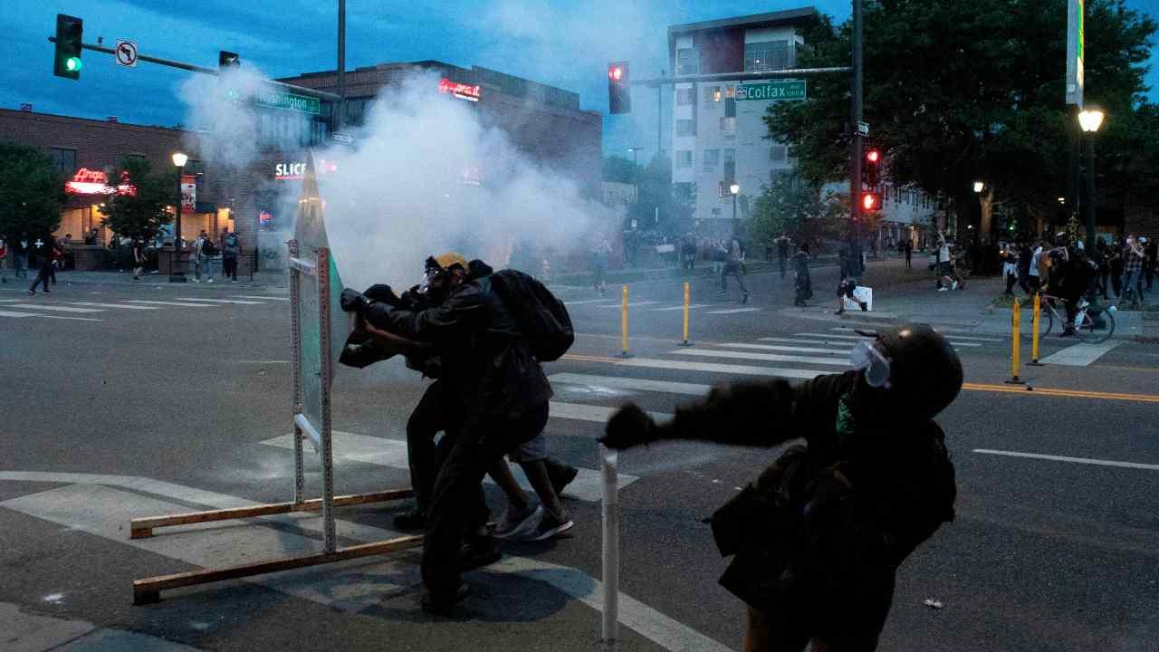 Tra le fiamme e i gas lacrimogeni della guerriglia di Philad