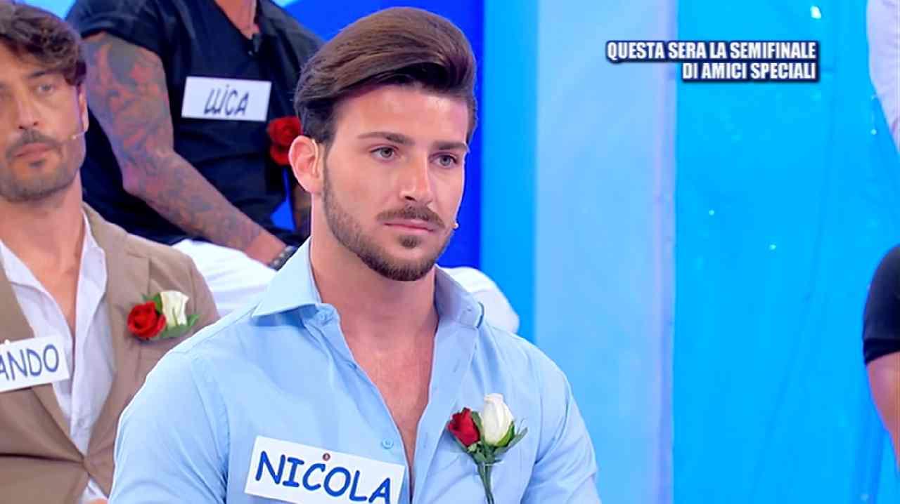 Nicola Vivarelli scappa da un locale | Atti di bullismo per