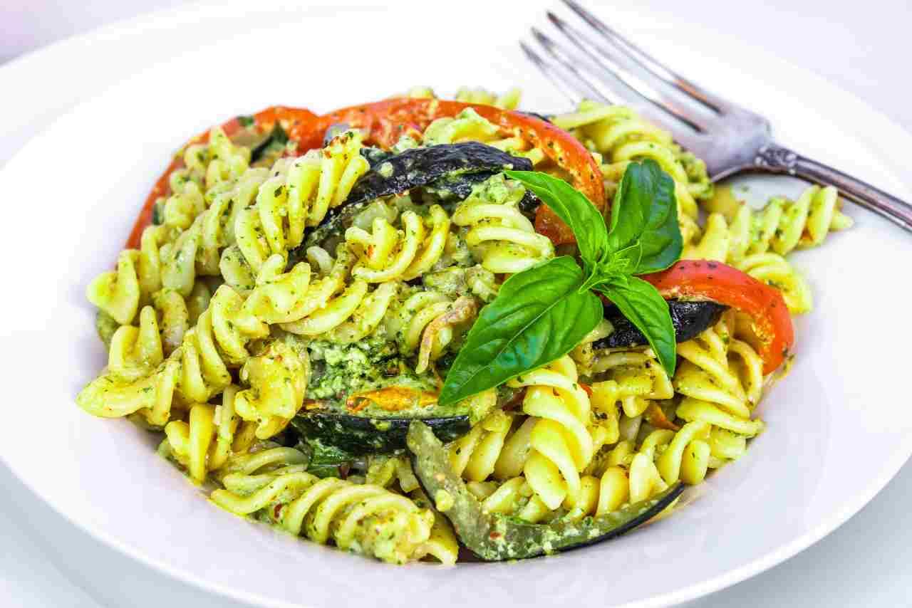 Pasta con pesto alla siciliana e melanzane fritte | Ricetta Video