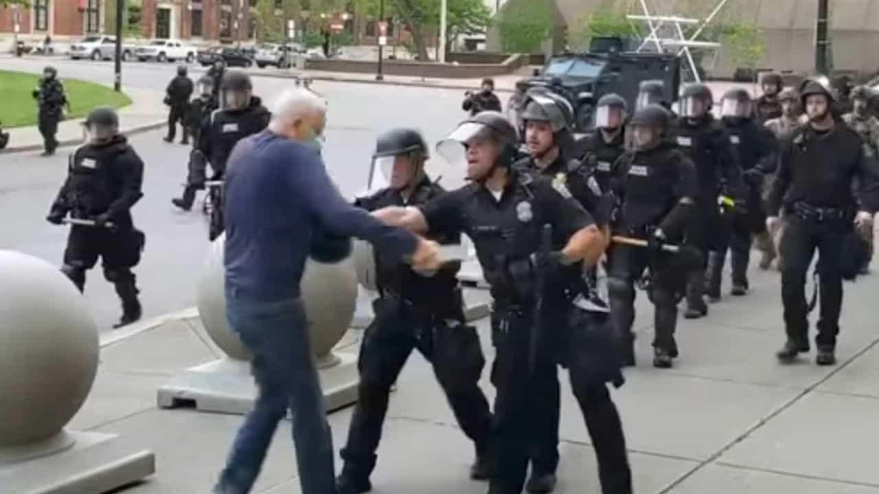 USA, scontri con la polizia: è grave l'anziano spinto dagli