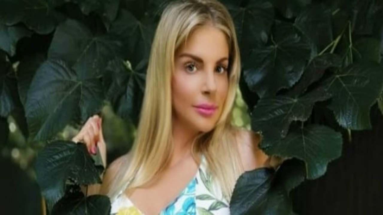 Francesca Cipriani esagerata in costume: curve pericolose [F