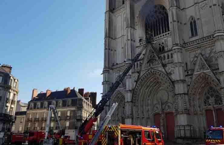 Cattedrale di Nantes, incendio doloso pompieri