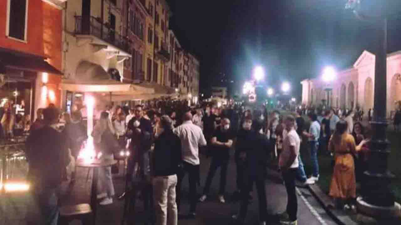 Movida a Milano, accalcati e senza mascherine