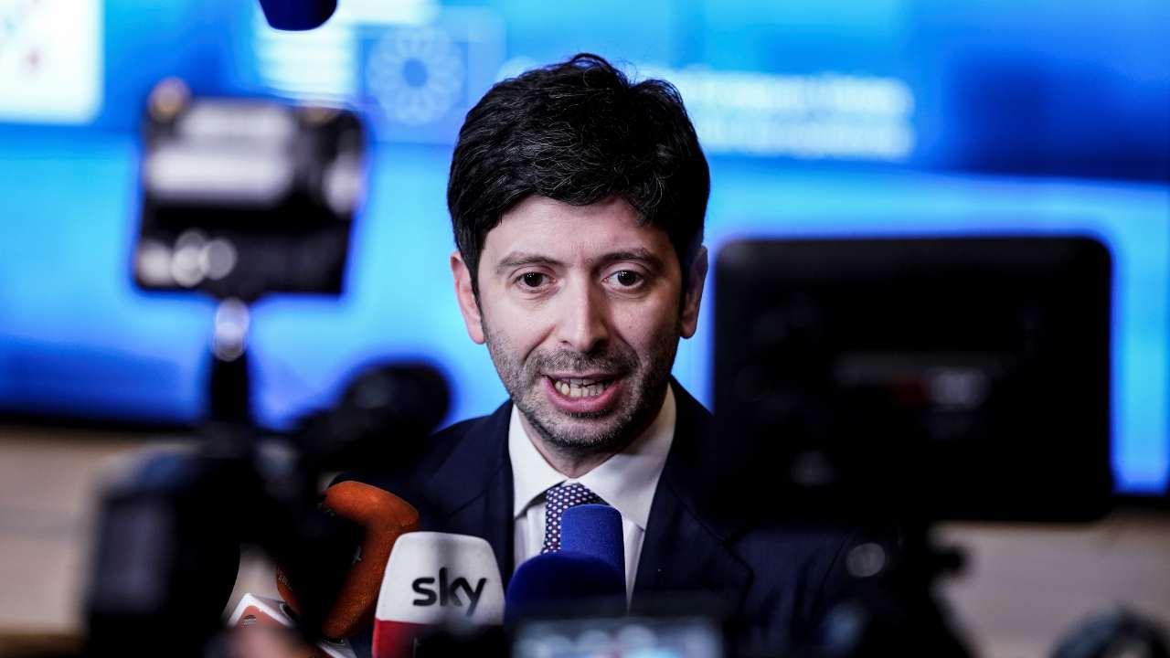 Covid-19, la strategia di Speranza: divieto di ingresso in Italia da 13 Paesi
