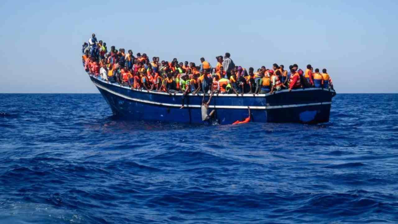 Sbarco dei migranti a Olbia dalla nave Alan Kurdi, scontro tra Marino e la Lega