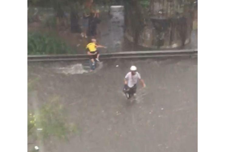 bomba d'acqua a palermo - gente in strada