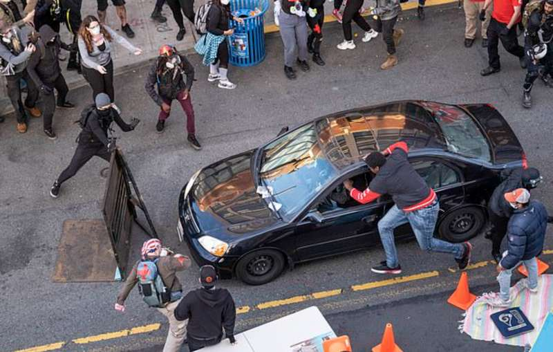 Seattle, auto si schianta contro una folla di manifestanti