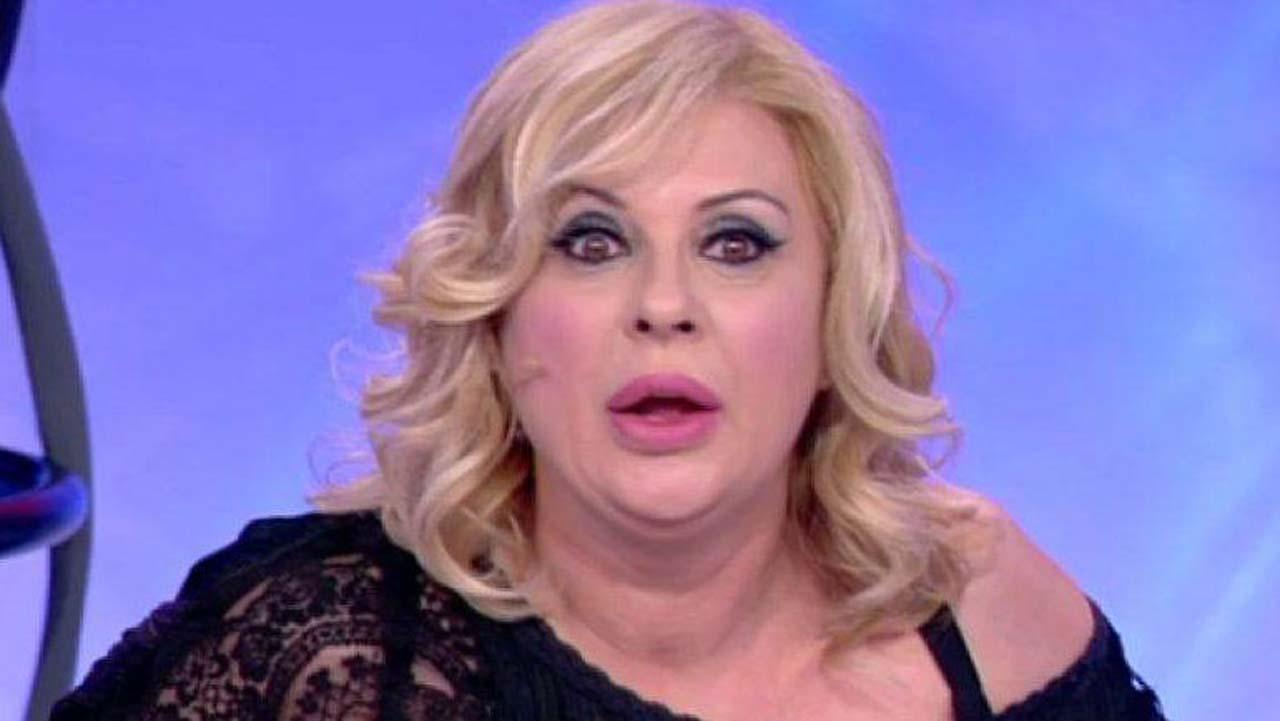 """Nuovo taglio di capelli per Tina Cipollari, i fan: """"Sembri G"""