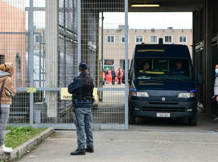 Carceri, Sappe: detenuto distrugge arredi cella e tenta suicidio