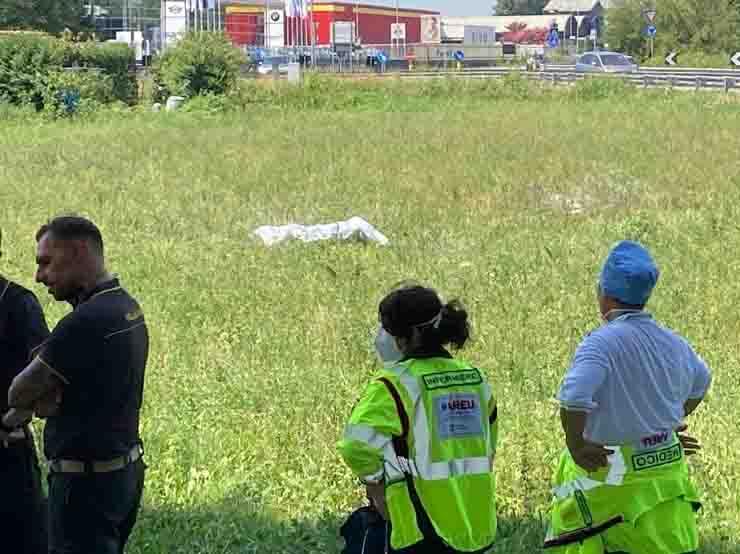 Crema donna si da fuoco e muore passanti filmano la scena
