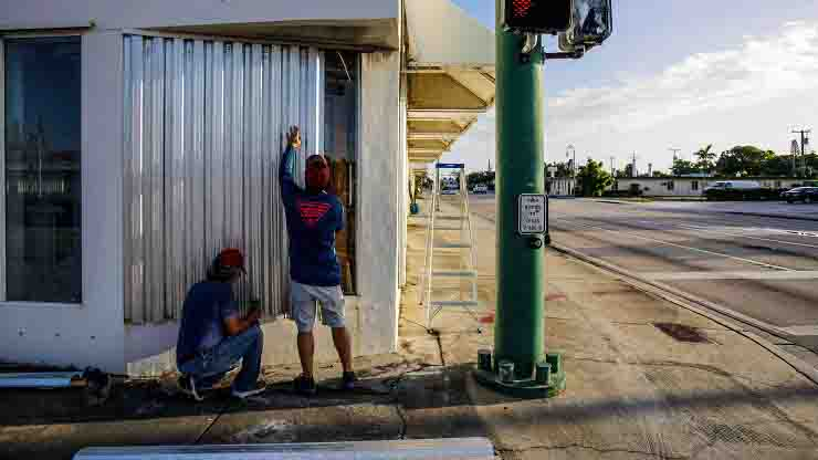 Uragano Isaias impatto con la Florida imminente