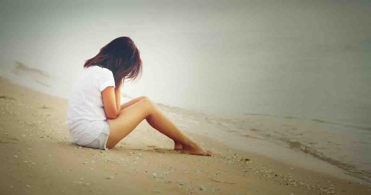 Ragazza abbandonata in spiaggia priva di sensi: è stata violentata