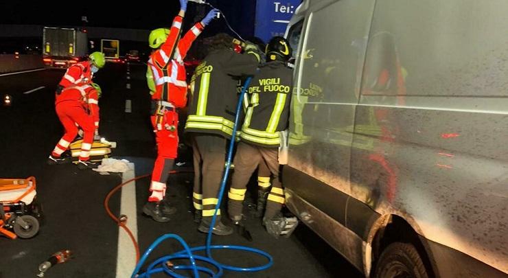 Furgone tampona tir sulla A4 grave autista ventenne polacco