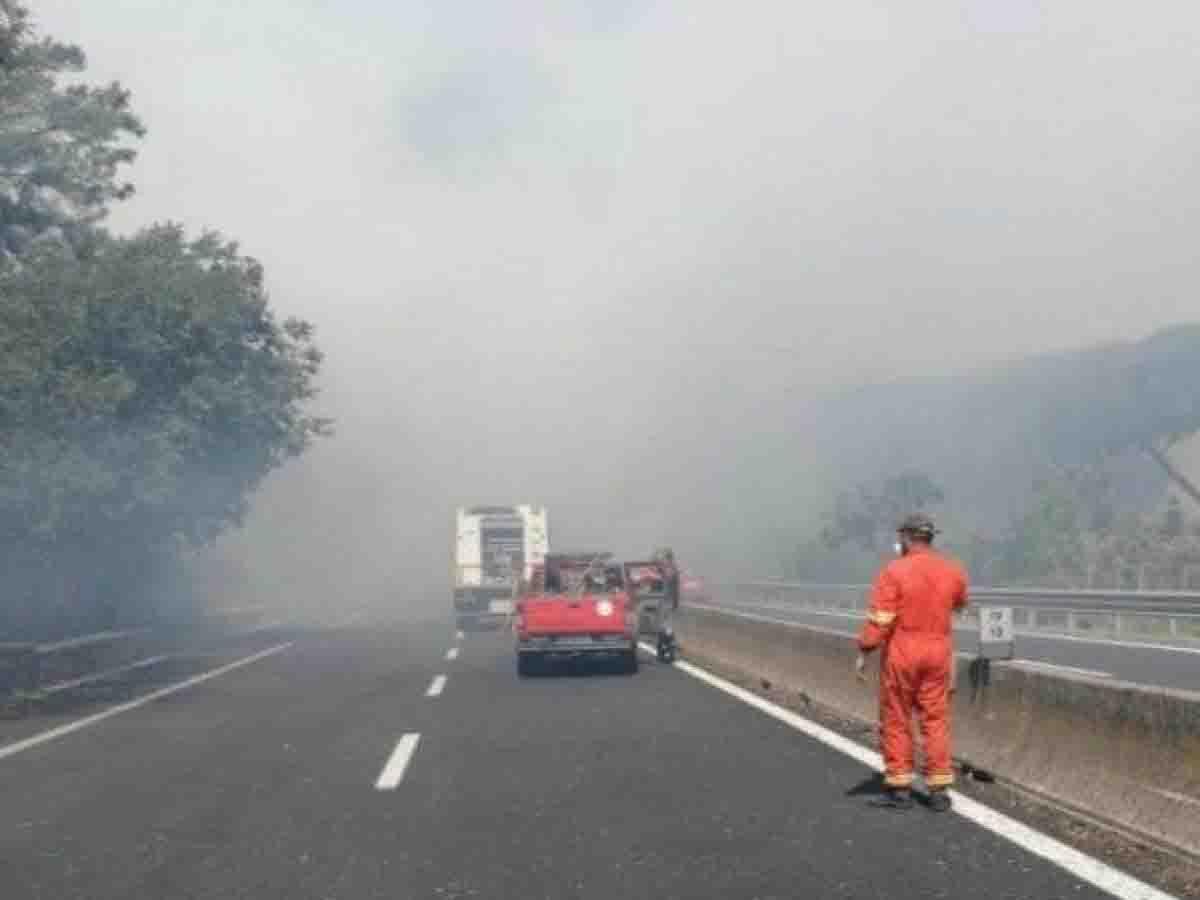 Incendio a Roma, un agente ustionato e 4 intossicati