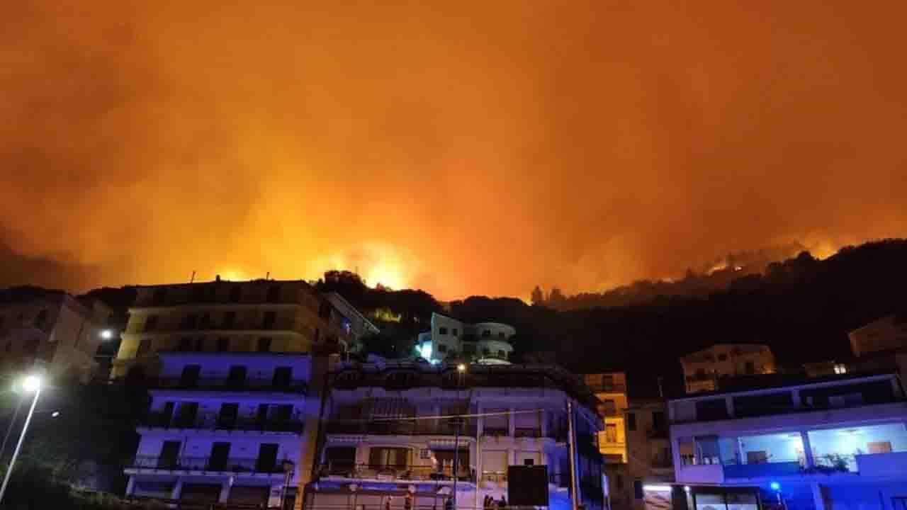 Incendio a Palermo evacuate 400 persone