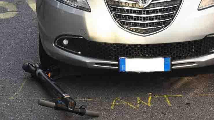 Incidente a Bergamo monopattino elettrico contro auto grave ragazza di 26 anni
