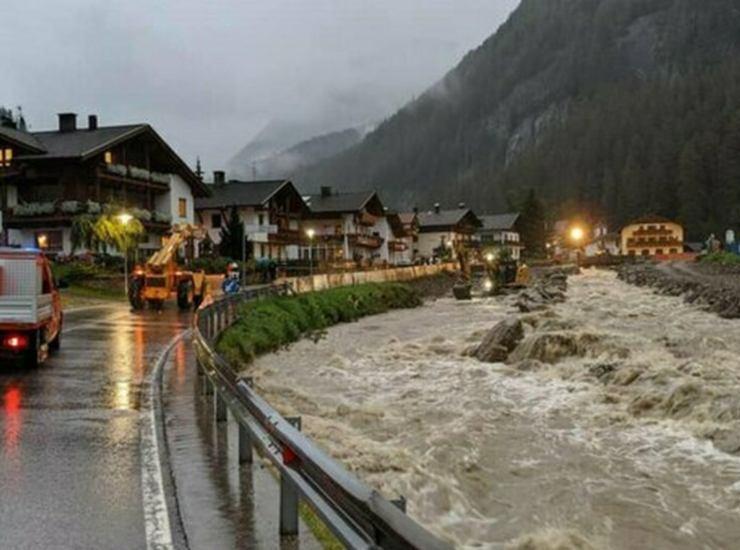 Maltempo, due persone scompaiono nell'Adige. Una si divincola dal pompiere che voleva salvarlo