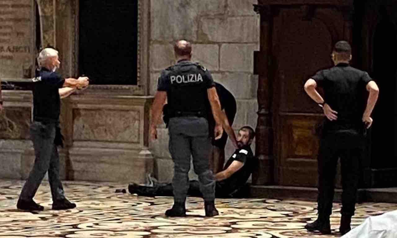 Uomo egiziano sequestra guardia giurata dentro il Duomo di Milano