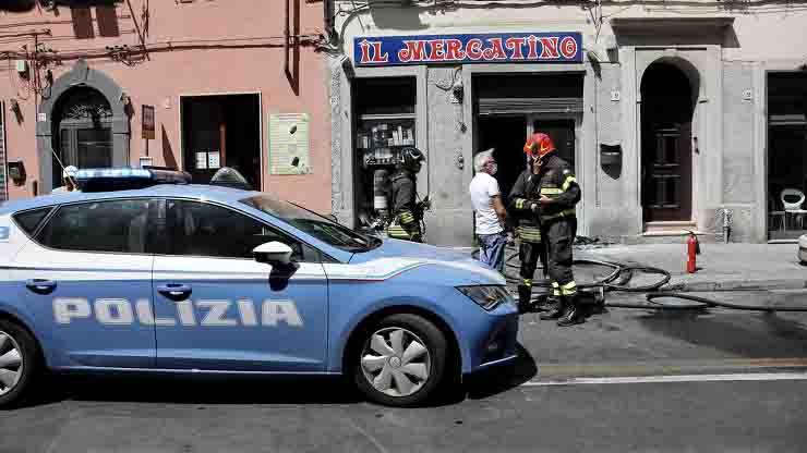Ordigno in un negozo a Livorno attentanto incendiario Polizia