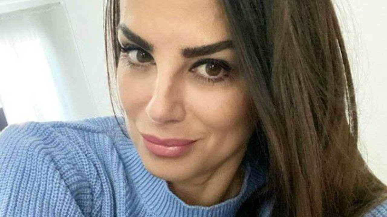 Serena Enardu, sotto il vestito niente: l'ex di Pago esplosiva in abito lungo