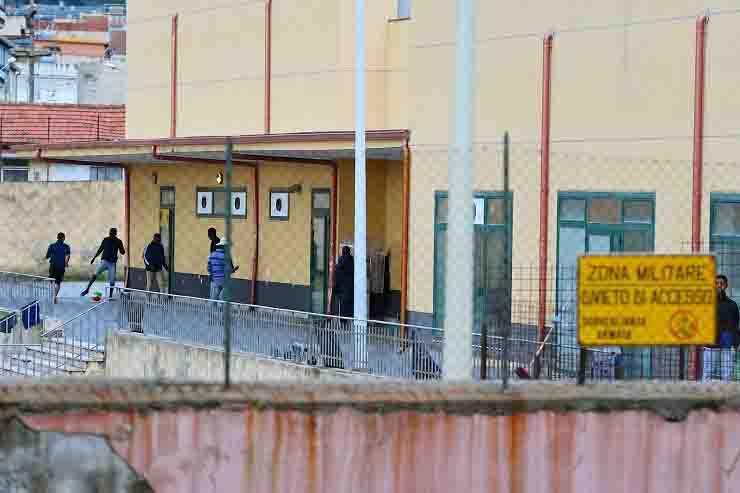 Sindaco De Luca Messina chiusura centro migranti