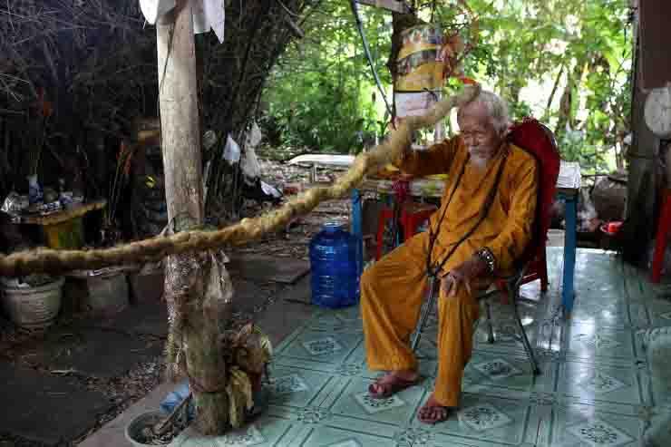 Uomo non taglia i capelli da 80 anni sono lunghi 5 metri