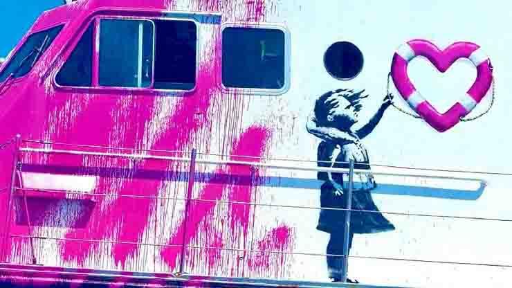 La nave di Banksy che salva i migranti, dettaglio graffito