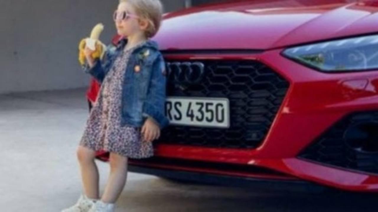 Pioggia di critiche, Audi ritira spot con bambina che mangia banana: sessista e provocatorio