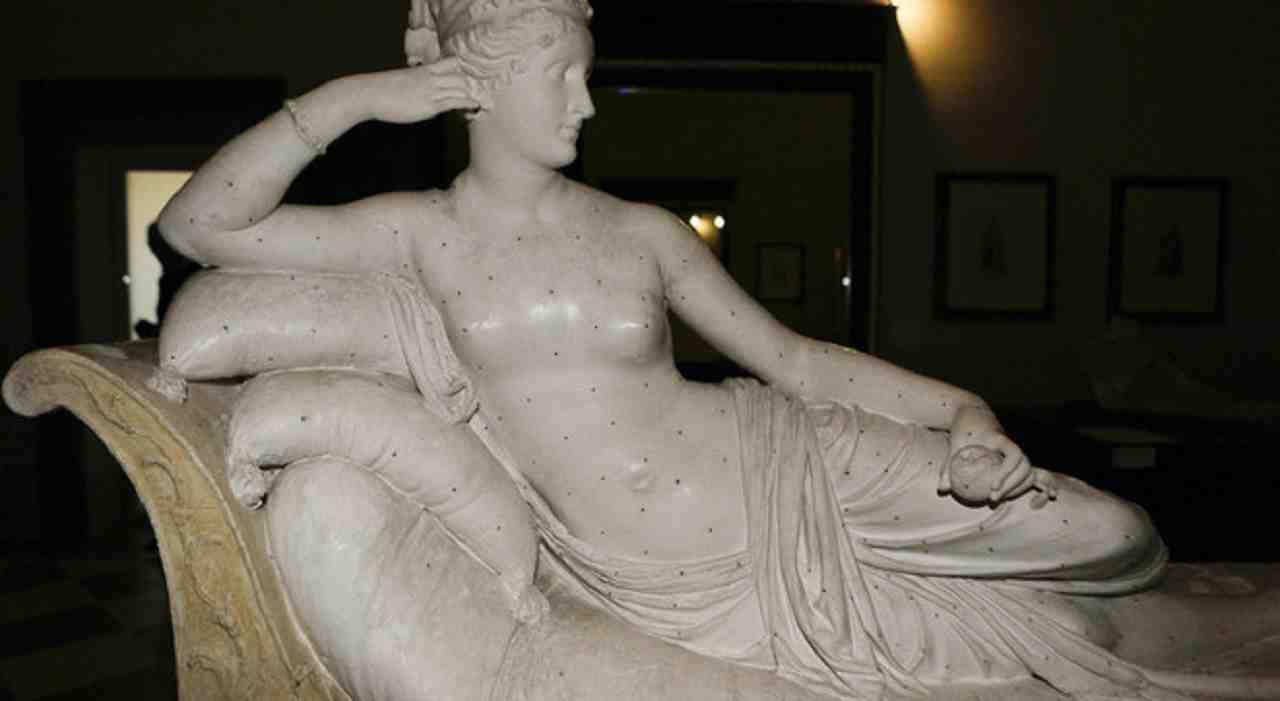 Statua di Canova rotta dal turista: il video in cui si accorge del danno