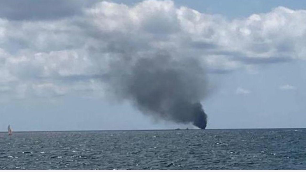 crotone - barca con migranti prende fuoco