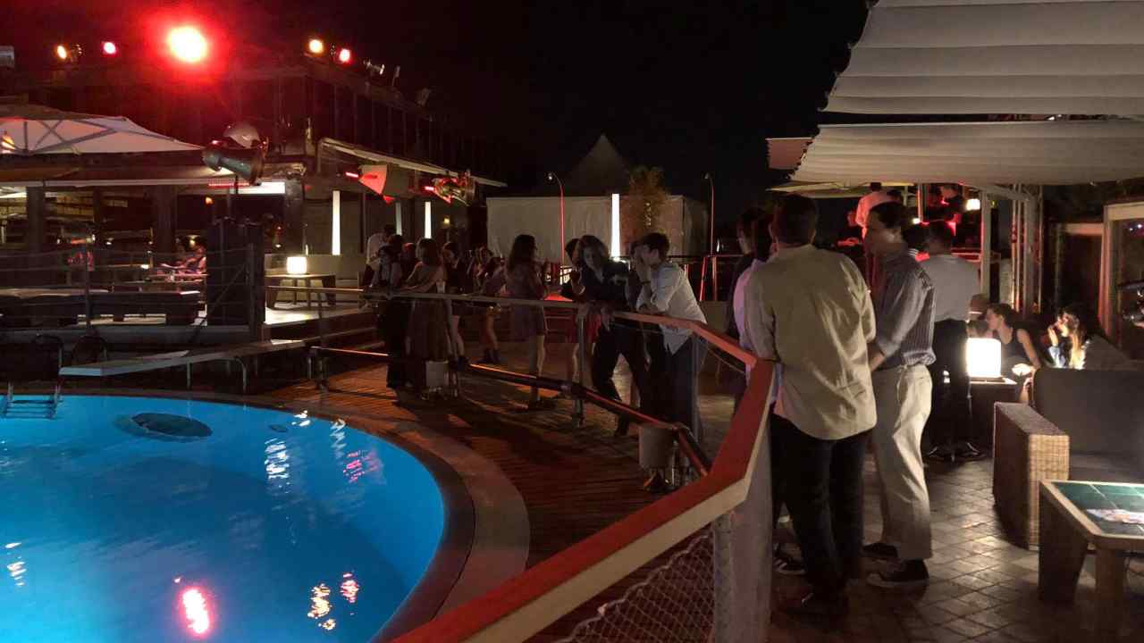 Ragazza positiva in discoteca in Toscana: 11 persone in quarantena