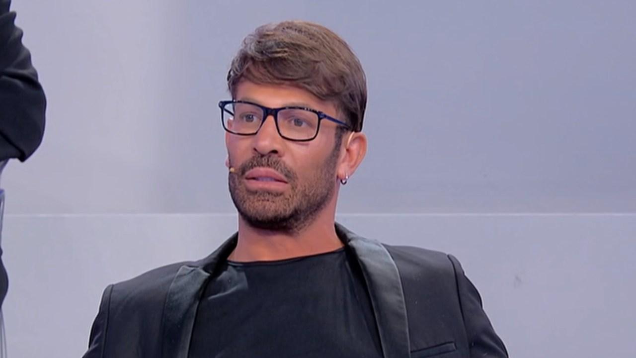 Uomini e Donne, Gianni Sperti drastico cambio look: