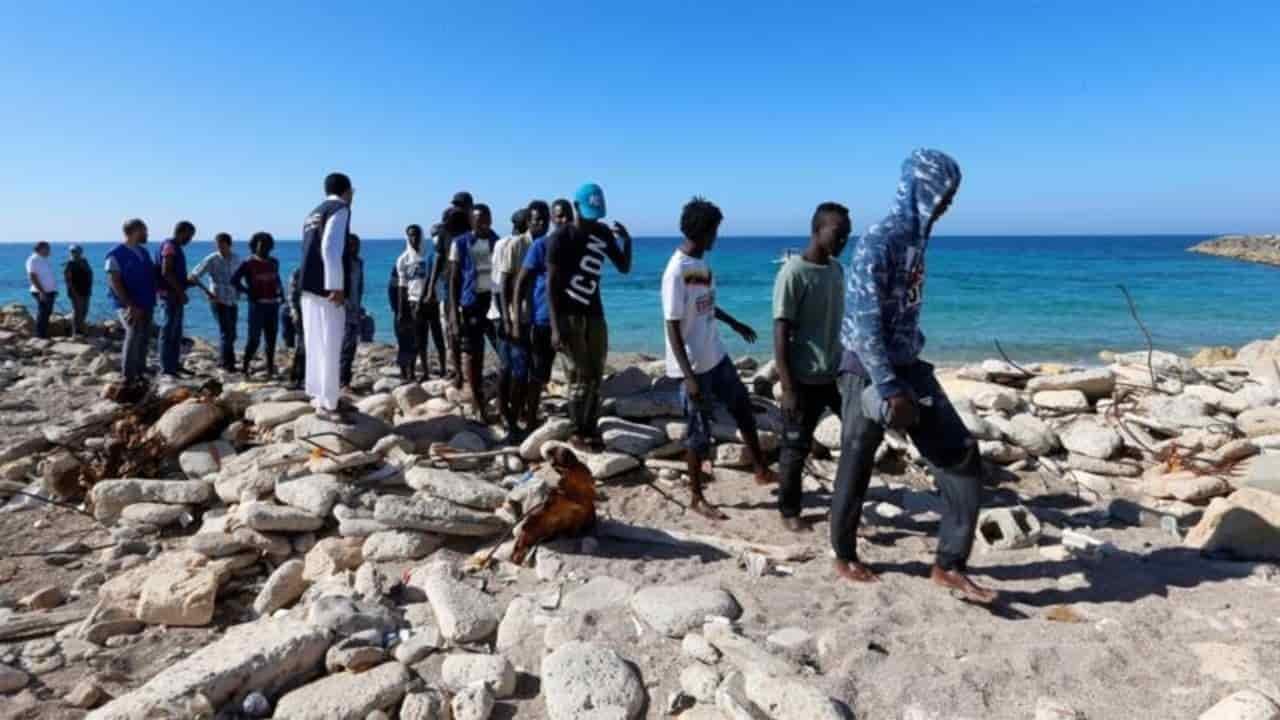 migranti approdano sulla costa