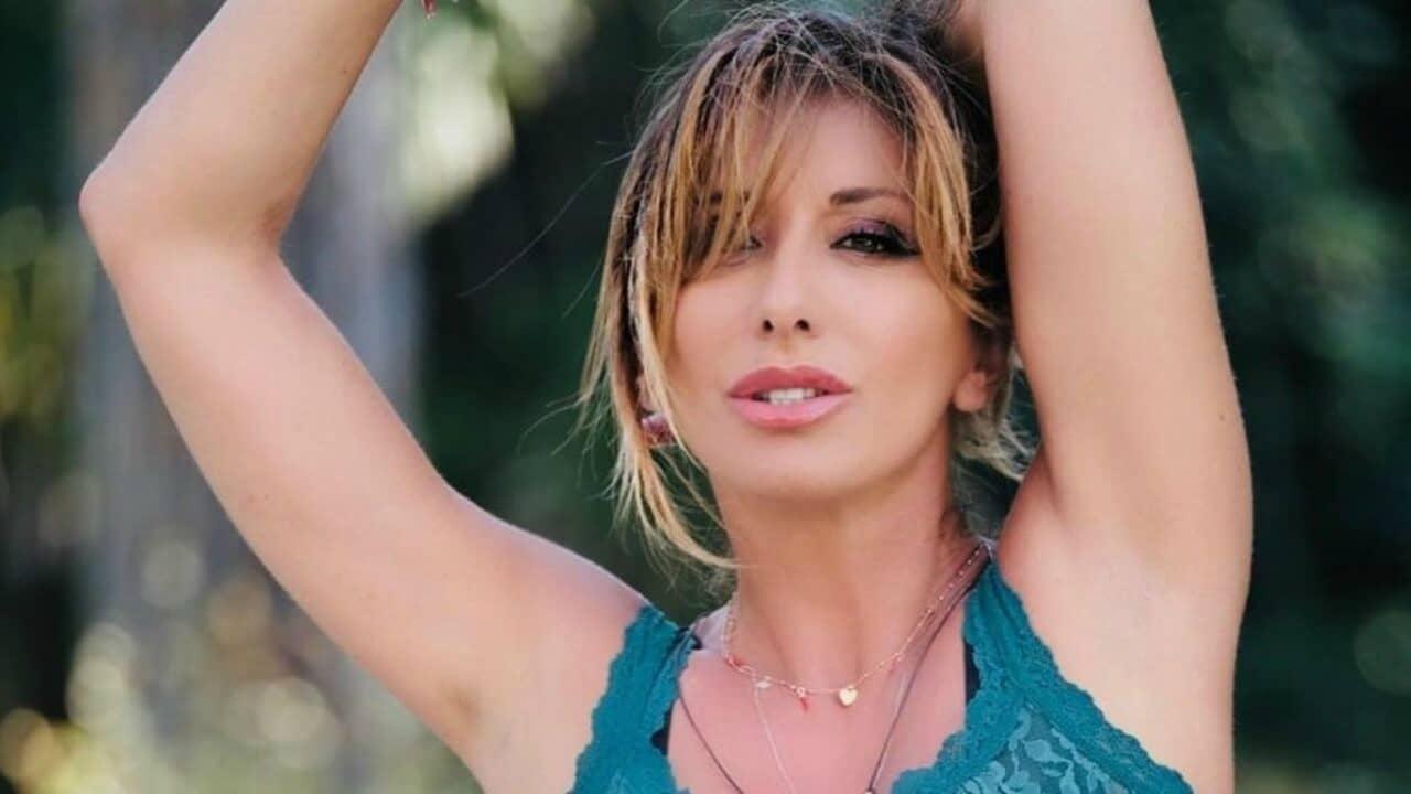 Sabrina Salerno poliziotta sexy: lo scatto da capogiro