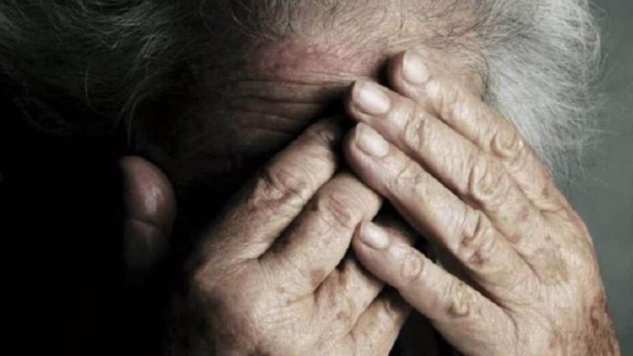 Un badante violento, poi la denuncia: in manette l'assistente di un 98enne