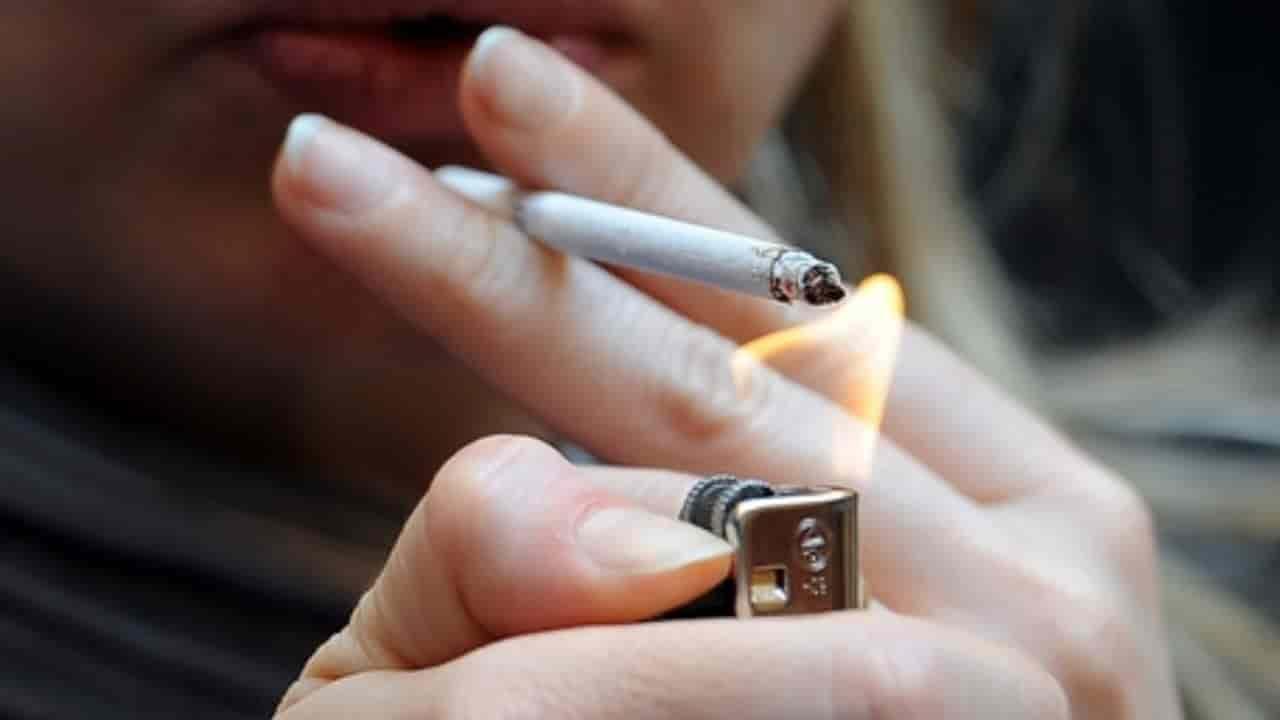 Accende la sigaretta e i suoi abiti prendono fuoco: ustionata una 65enne