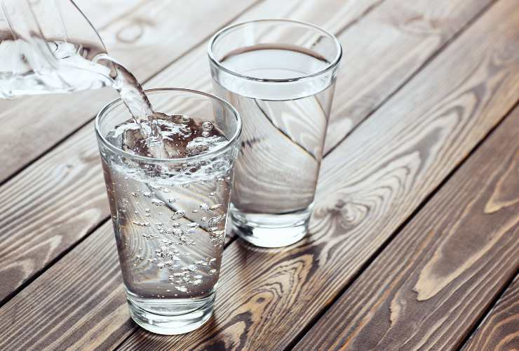 Gambe gonfie rimedi: acqua-Meteoweek.com