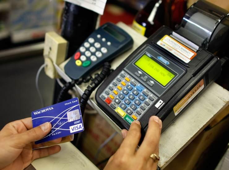 Bonus di 300 euro l'anno per chi paga con le carte: ecco da quando