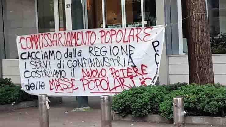 Presidio sotto palazzo Pirelli Milano, cartelli contro Fontana assassino