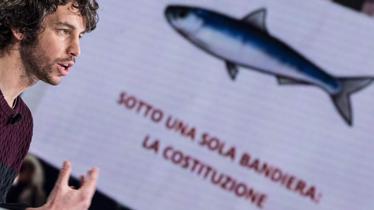"""Le sardine: """"Referendum? Il parlamento ridotto ad una scatoletta di tonno"""""""
