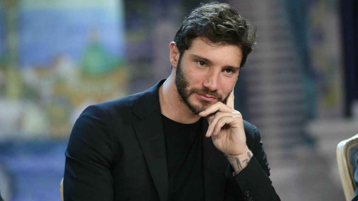 Stefano De Martino in macchina con la sua signorina: felice on the road