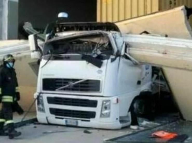Trave cade da capannone e colpisce camion: Michele muore a soli 35 anni