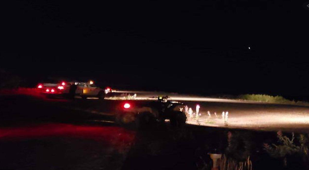 atterraggio da fil in alaska. pista buia illuminata da fari auto